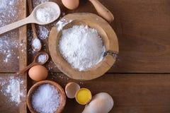 Fondo de la hornada con la harina, los huevos y el rodillo Imagen de archivo