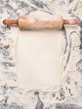 Fondo de la hornada con la harina y el rodillo rústico Visión superior foto de archivo