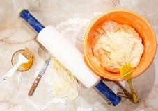 Fondo de la hornada con los huevos, el azúcar y la harina crudos Fotografía de archivo