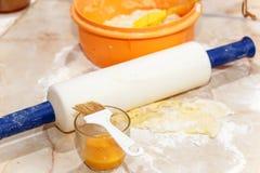 Fondo de la hornada con los huevos, el azúcar y la harina crudos Fotos de archivo libres de regalías