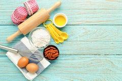 Fondo de la hornada con los ingredientes y los utensilios Foto de archivo libre de regalías