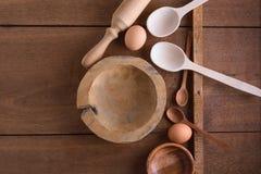 Fondo de la hornada con los utensilios de madera Imagen de archivo
