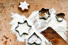 Fondo de la hornada de la Navidad con la harina, cortador de la galleta foto de archivo