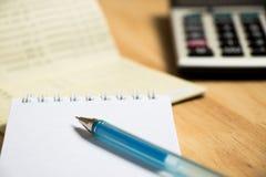 Fondo de la libreta de banco, cuaderno, pluma, calculadora foto de archivo