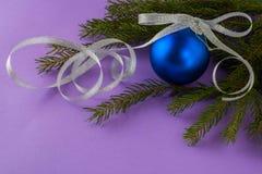 Fondo de la lila del ornamento de la Navidad Imágenes de archivo libres de regalías