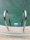 Fondo de la lluvia cerca de la piscina Fotografía de archivo libre de regalías
