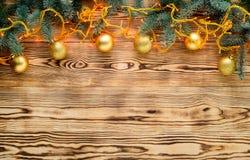 Fondo de la luz de la Navidad con las ramas del abeto y la decoración de la Navidad Foto de archivo