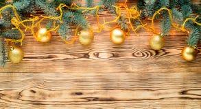 Fondo de la luz de la Navidad con las ramas del abeto y la decoración de la Navidad Imágenes de archivo libres de regalías