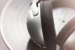 Fondo de la música Auriculares de plata que mienten en fondo del negro del expediente de disco de larga duración del vinilo del v imagen de archivo