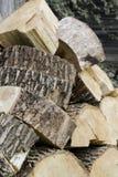 Fondo de la madera de madera de las pilas La pila de madera registra almacenamiento Las sierras cortaron los registros de madera fotos de archivo libres de regalías