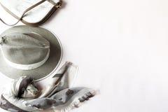Fondo de la manera Accesorios femeninos en colores en colores pastel beige Imagen de archivo libre de regalías