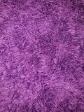Fondo de la materia textil en primer mullido púrpura fotografía de archivo