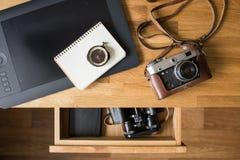 Fondo de la mesa del lugar de trabajo del diseñador de la visión superior Fotografía de archivo libre de regalías