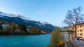 Fondo de la montaña de la casa de puente del lago imágenes de archivo libres de regalías