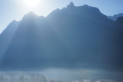 Fondo de la montaña con la niebla Foto de archivo libre de regalías