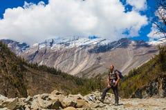 Fondo de la montaña de Himalaya del paisaje Caminar panorama de la hermosa vista de Himalaya Estación de verano del final Threes  Imagen de archivo libre de regalías