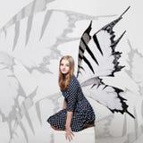 Fondo de la muchacha de la mariposa Alas hermosas de la muchacha y de la mariposa Foto de archivo libre de regalías