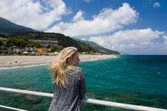 Fondo de la mujer rubia del mar, playa y montaña azules al aire libre, azules en Sicilia, Italia Fotografía de archivo libre de regalías
