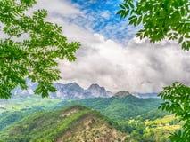 Fondo de la naturaleza con la montaña, el cielo azul y las nubes blancas Fotografía de archivo libre de regalías