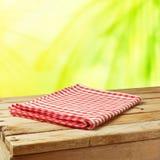 Fondo de la naturaleza del verano con la tabla y el mantel de madera Imágenes de archivo libres de regalías