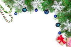 Fondo de la Navidad adornado con los copos de nieve aislados en blanco con el espacio de la copia para su texto Visión superior Imagen de archivo libre de regalías