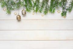 Fondo de la Navidad blanca con las ramas spruce Foto de archivo libre de regalías