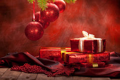 Fondo de la Navidad - bolas y regalos Fotografía de archivo