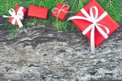 Fondo de la Navidad, caja de regalo roja del regalo de Navidad con blanco Fotos de archivo libres de regalías
