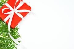 Fondo de la Navidad, caja de regalo roja del regalo de Navidad con blanco Imagenes de archivo
