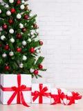 Fondo de la Navidad - cajas de regalo debajo del árbol de navidad adornado Foto de archivo