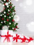 Fondo de la Navidad - cajas de regalo debajo del árbol de navidad adornado Fotos de archivo libres de regalías