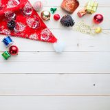 Fondo de la Navidad, cajas de regalo de los ornamentos, accesorios en woode Fotos de archivo libres de regalías