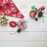 Fondo de la Navidad, cajas de regalo de los ornamentos, accesorios en woode Imagen de archivo libre de regalías