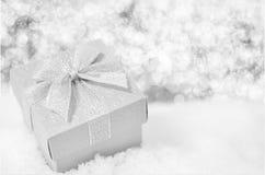 Fondo de la Navidad - cercano para arriba de la caja de regalo de plata con la cinta b Fotos de archivo