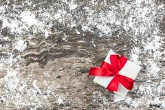 Fondo de la Navidad con la actual caja de regalo blanca hecha a mano con r Imagenes de archivo