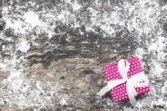 Fondo de la Navidad con la actual caja de regalo roja hecha a mano con la costilla Fotografía de archivo