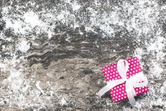 Fondo de la Navidad con la actual caja de regalo roja hecha a mano con la costilla Foto de archivo