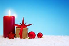 Fondo de la Navidad con la caja de la vela y de regalo del advenimiento Imagen de archivo libre de regalías