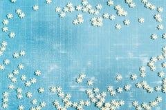 Fondo de la Navidad con la decoración del azúcar en la forma de copos de nieve Fotos de archivo