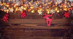Fondo de la Navidad con decoraciones y el punto de madera y del paño Fotografía de archivo libre de regalías