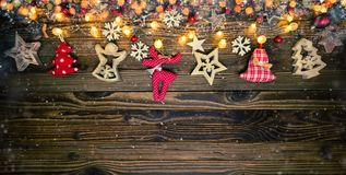 Fondo de la Navidad con decoraciones y el punto de madera y del paño Imagen de archivo libre de regalías