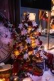 Fondo de la Navidad con el árbol de abeto iluminado y chimenea, reloj en la casa Fotografía de archivo