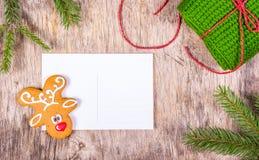 Fondo de la Navidad con el árbol de abeto y la tarjeta de felicitación en blanco Preparación para la Navidad Pan de jengibre pint Fotos de archivo libres de regalías