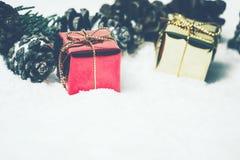 Fondo de la Navidad con el árbol de la caja de regalo, de la hoja y de pino Fotografía de archivo libre de regalías