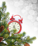 Fondo de la Navidad con el árbol de abeto del reloj y de la nieve Imagen de archivo
