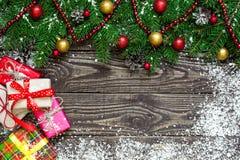 Fondo de la Navidad con el árbol de abeto, las decoraciones de la Feliz Año Nuevo y las cajas de regalo Imagenes de archivo