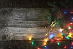 Fondo de la Navidad con el árbol de abeto y el adorno Foto de archivo