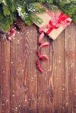 Fondo de la Navidad con el árbol de abeto y la caja de regalo Imagen de archivo libre de regalías