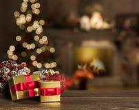 Fondo de la Navidad con el árbol de navidad en la tabla de madera fotos de archivo libres de regalías