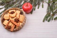 Fondo de la Navidad con el árbol de navidad, wi de las galletas del pan de jengibre Fotos de archivo